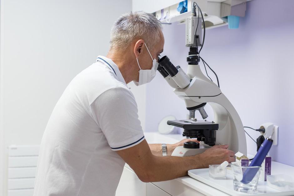 Microscope à contraste de phase - Parodontiste Paris 9